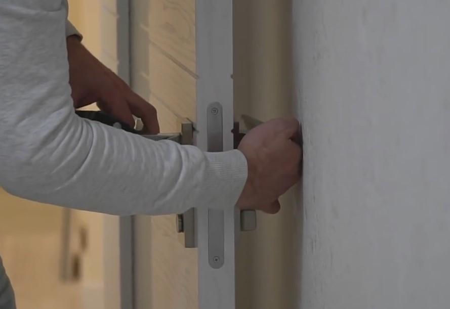 Самостоятельный монтаж ограничителя открывания двери
