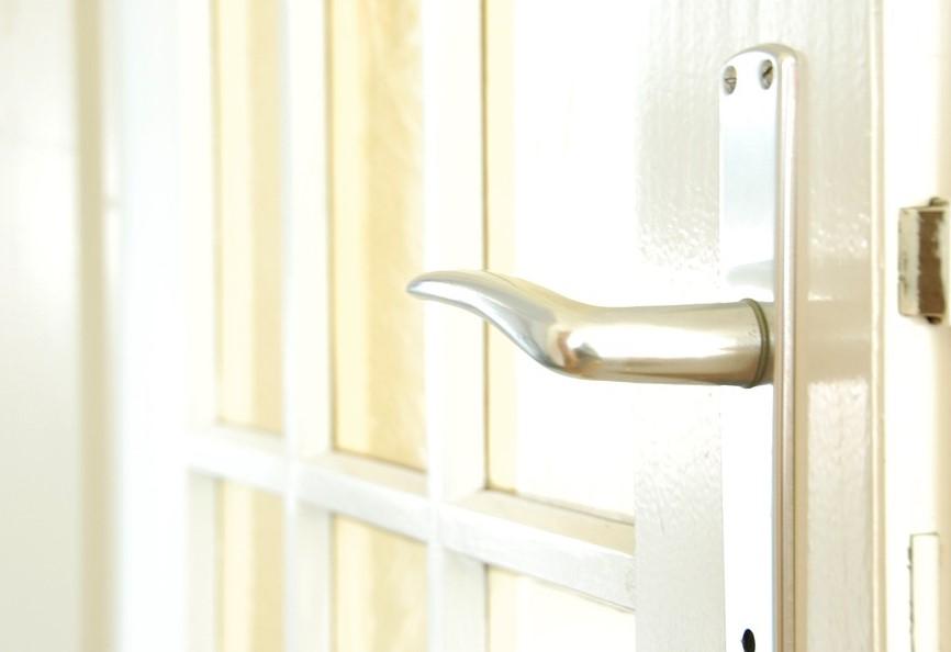 Установка дверной ручки в домашних условиях